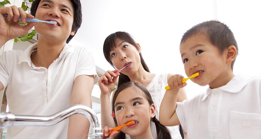 歯を磨く家族