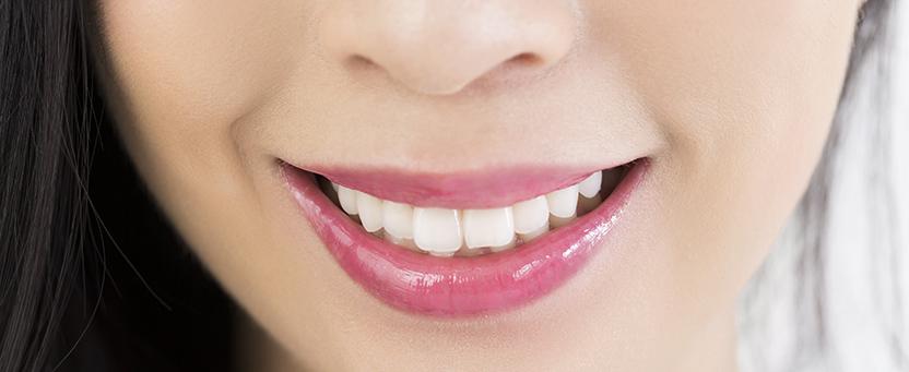 口元、白い歯の笑顔